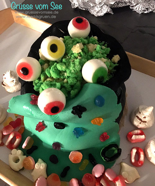 Gruselkuchen oder Halloweenkuchen in Form eines überlaufenden Hexenkessels
